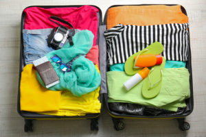 荷物でいっぱいのキャリーバッグ